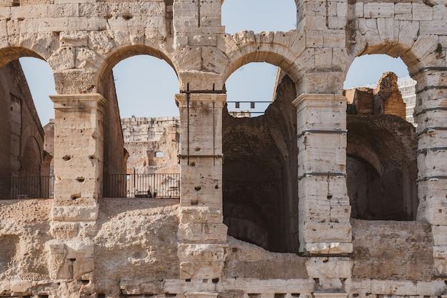 イタリア、ローマのローマコロッセオの眺め。コロッセオは、古代ローマの時代に市内中心部に建てられました。トラベル。