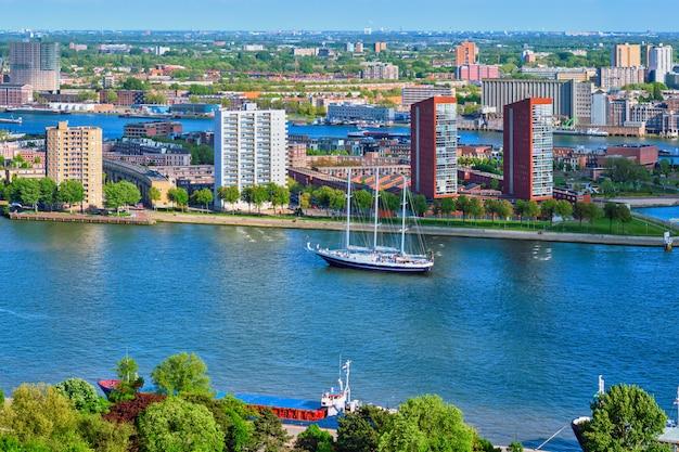 ロッテルダム市とニューウェマース川の眺め