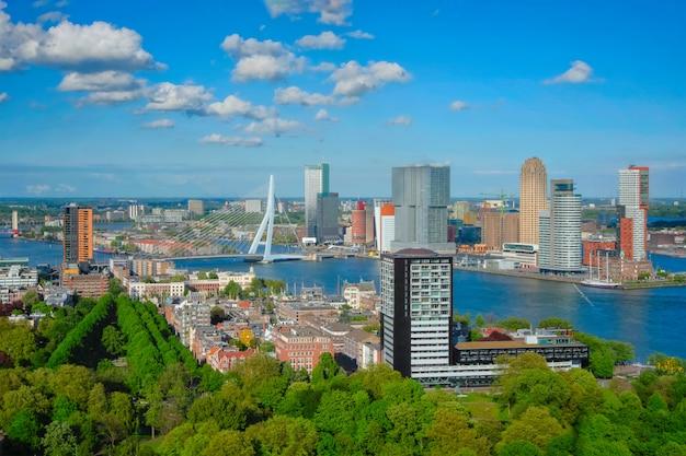 ロッテルダム市とエラスムス橋の眺め