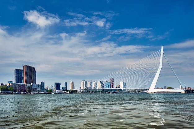 エラスムス橋と高層ビルのあるニューウェマース川のロッテルダムのスカイラインの眺め。オランダ、ロッテルダム
