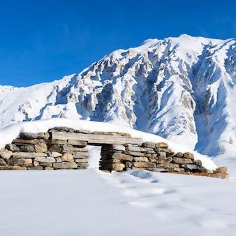 フランスアルプスの雪の下の遺跡の眺め。