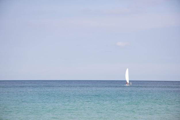 青い海でのセーリングボートのビュー