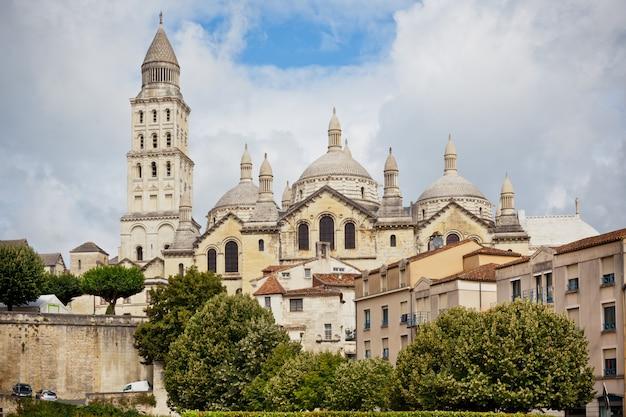 Вид на собор святого фронта в перигор, франция