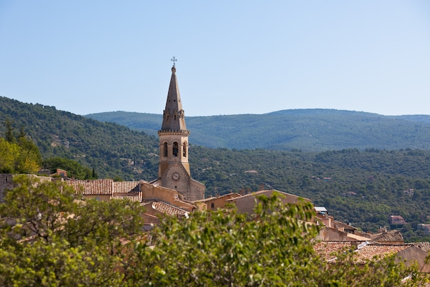 フランス、プロヴァンスのサンサトゥルマンダプトの眺め。大聖堂の屋根のあるスカイライン