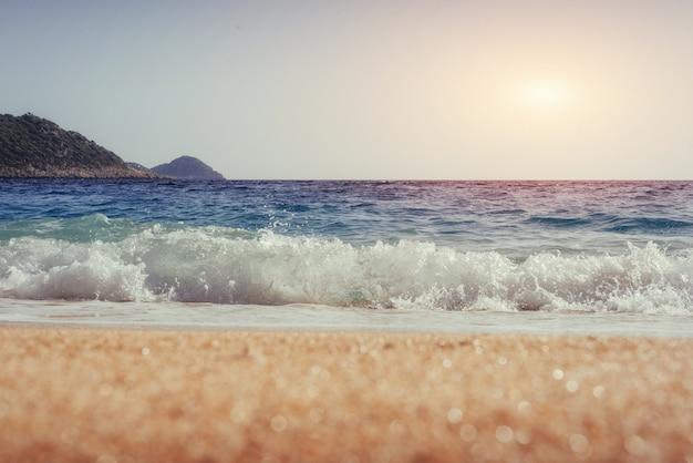 Вид на песчаный пляж и волны для серфинга