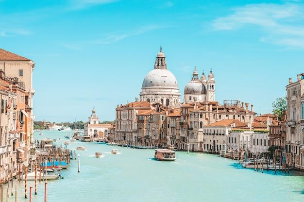 Вид на санта-мария делла салют. италия, венеция. концепция путешествий, туризма и отдыха.