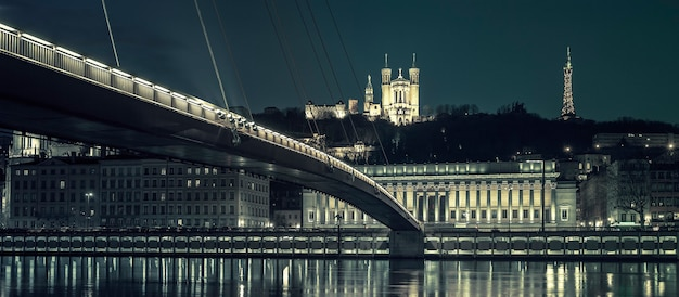 夜、リヨンのソーヌ川の眺め、特別な写真処理、フランス