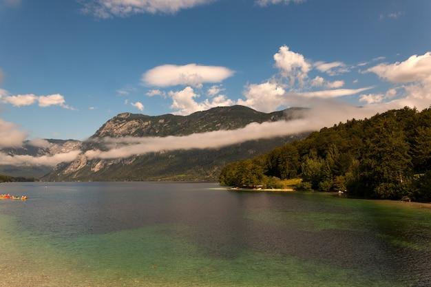 Вид на живописное озеро бохинь, словения