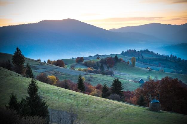 배경에 밝고 화려한 하늘과 산 마에서 아름 다운 풍경의보기.