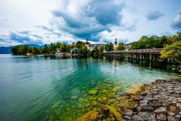 Вид на замок шлосс орт на озере траунзее в гмундене