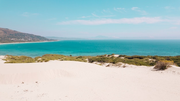 Вид на море и песчаный пляж