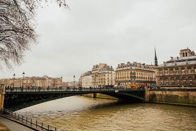パリ、フランスのセーヌ川の眺め。ヨーロッパ旅行。