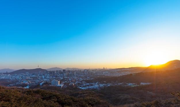일몰 한국에서 서울과 서울 타워의 보기