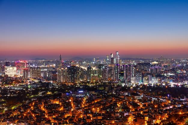 Вид на город сеул в сумерках южная корея