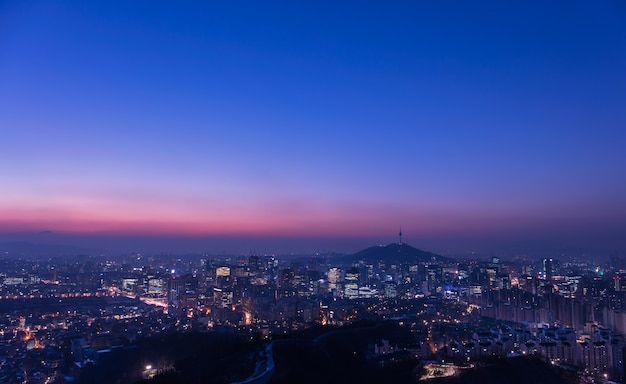 일출 한국에서 서울 도시의 스카이 라인과 서울 타워의 전망
