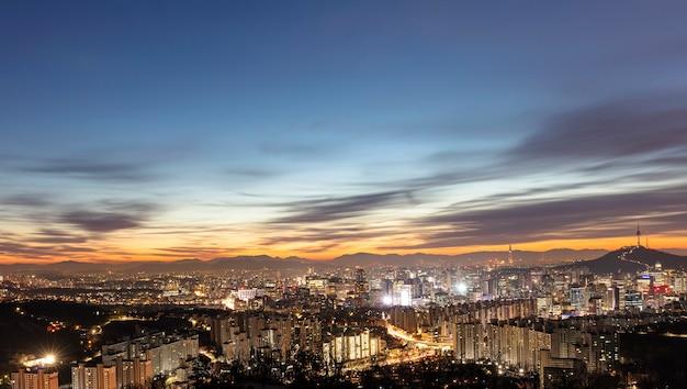 일출 한국에서 서울 도시 스카이 라인과 서울 타워의 보기