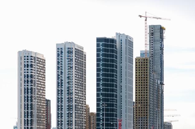 Вид на несколько строящихся современных высотных зданий