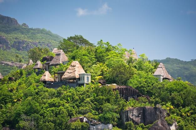 Вид на побережье сейшельских островов с домами в лесу