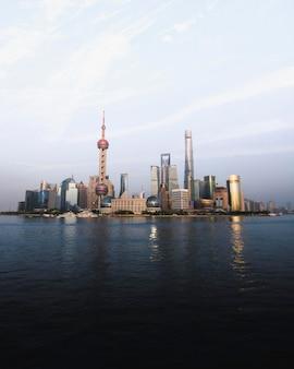 Вид на шанхай и реку хуанпу, китай