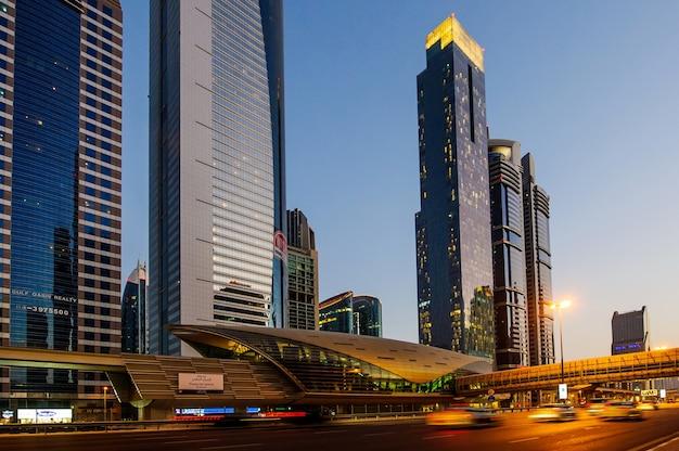 Uae 두바이의 셰이크 자이드 로드 고층 빌딩의 전망