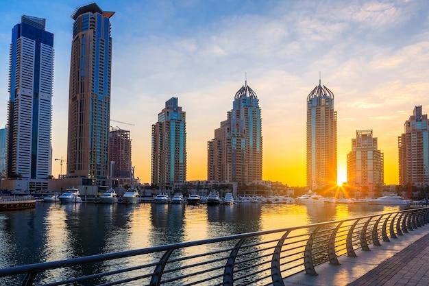 日の出、アラブ首長国連邦のドバイマリーナの高層ビルの眺め。