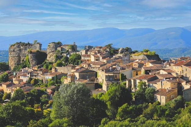 프랑스의 작은 마을보기, 프랑스 남부의 오래된 생활 주택이있는 마을 풍경