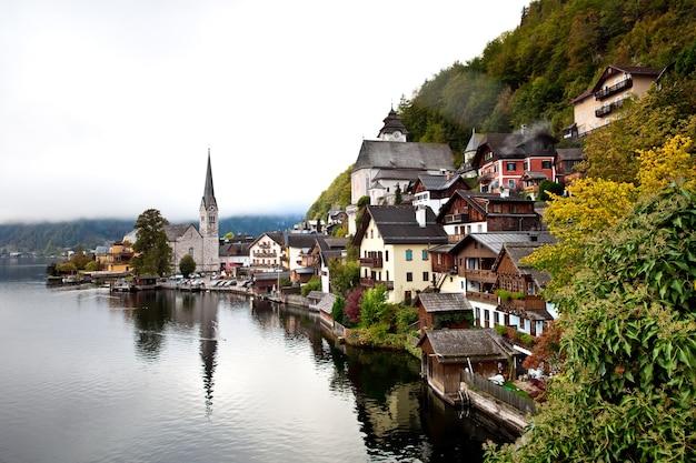 Вид на небольшую деревню гальштат в австрии