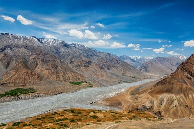 チベット西部のヒマラヤのスピティ渓谷とスピティ川の眺め。スピティ渓谷、ヒマーチャルプラデーシュ州、インド