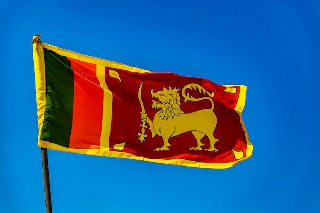 澄んだ青い空を背景にスリランカの旗の眺め