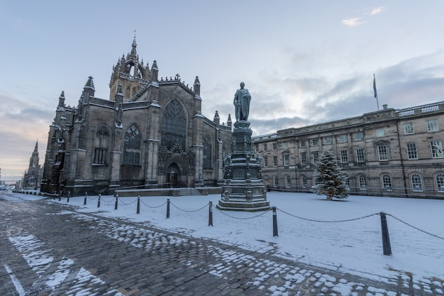 Вид на собор святого джайлса на королевской миле в старом городе эдинбурга в зимний день