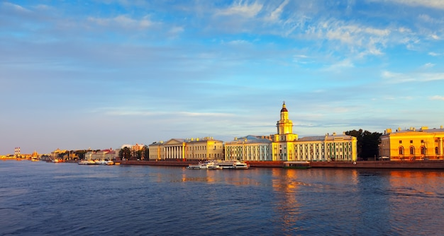Вид на санкт-петербург. университетская набережная