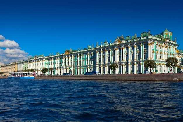 Вид на санкт-петербург. зимний дворец из невы