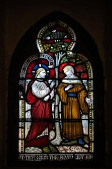 ロチェスターの大聖堂のステンドグラスの窓の眺め