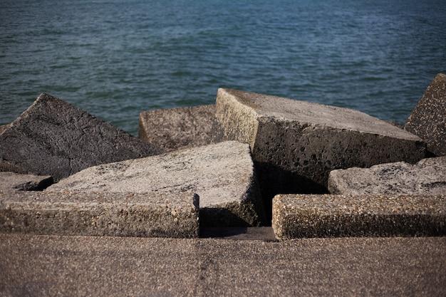 해변에 sunlights와 돌로 입방체의보기.