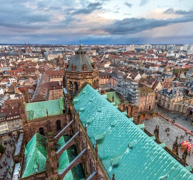 Вид на страсбург с собором нотр-дам во франции