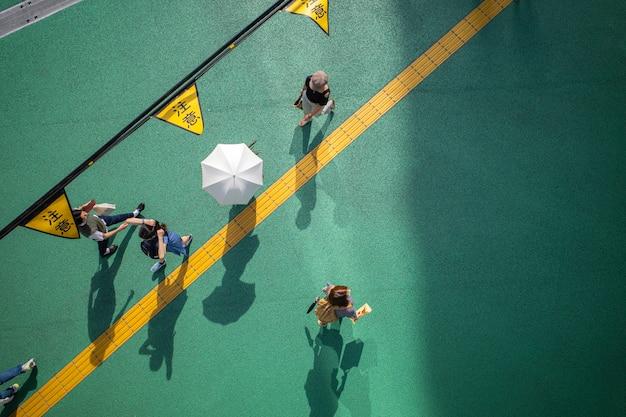 日光の影と人々のいる通りの眺め