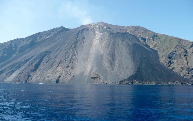 イタリア、エオリア諸島列島の火山ストロンボリのビュー