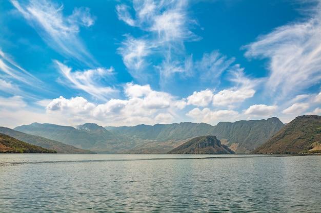 美しい青い空とメキシコのチアパス州のスミデロキャニオンの眺め。高品質の写真
