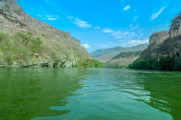 美しい青い空とメキシコ、チアパス州のスミデロキャニオンの眺め。高品質の写真