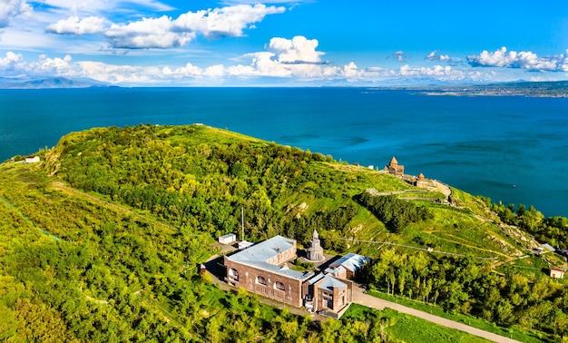 アルメニアのセヴァン湖にあるsurbhakobchapelとsevanavank修道院の眺め