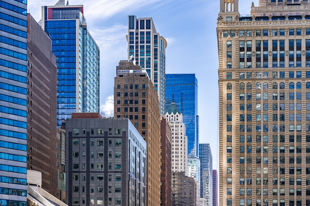 高層ビルと青い空の眺め