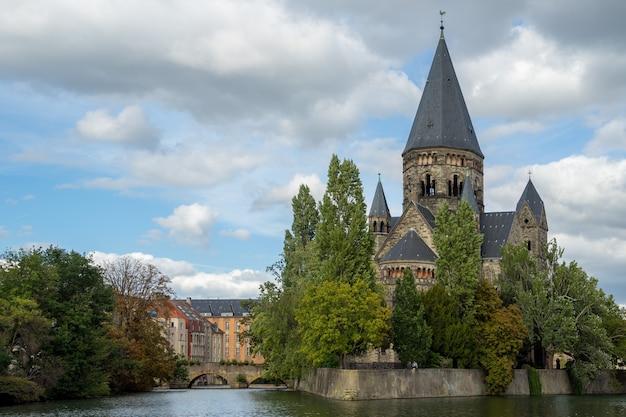 Вид на храм neuf в мец лотарингия мозель франция Premium Фотографии