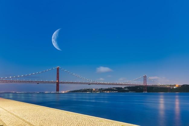 青い時間の4月25日橋(ポルトガル語で25 de abril)の眺め。