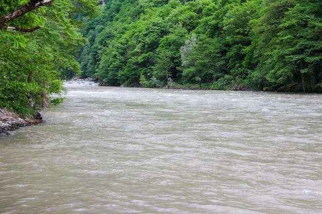조지아주 아자라 코카서스 산맥에 있는 아카리스칼리 강의 전망