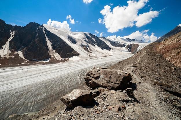 알타이 산맥의 악트루 빙하의 전망. 고품질 사진.