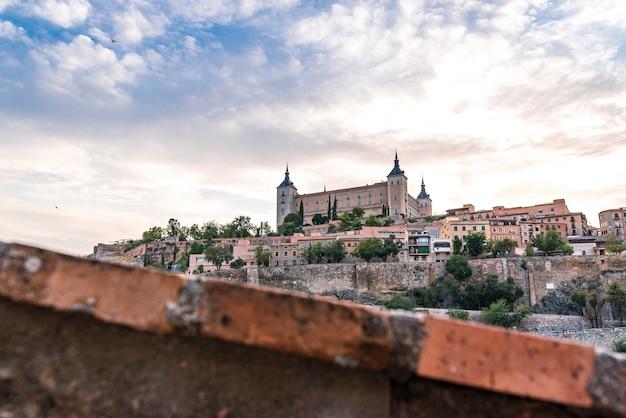 Вид на алькасар и город толедо в пасмурный день. выборочный фокус.