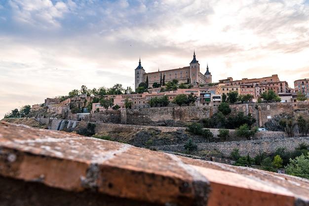 Вид на алькасар и город толедо в пасмурный день.