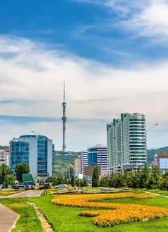 Вид на алматинскую телебашню на горе кок тобе-казахстан