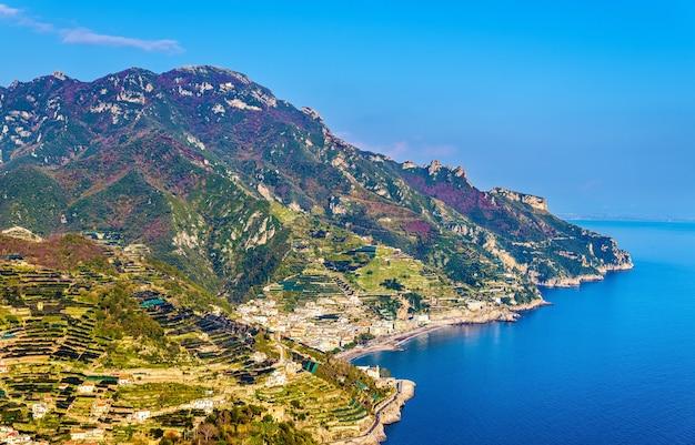 Вид на побережье амальфи из равелло - италия