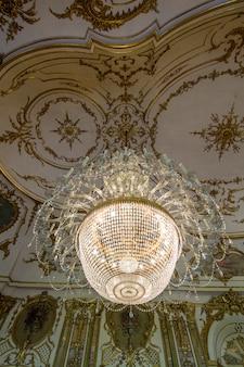 포르투갈 신트라에 위치한 queluz 국립 궁전의 놀라운 장식 된 샹들리에의 전망.